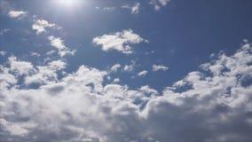 Όμορφο cloudscape με τα μεγάλα, σύννεφα οικοδόμησης και ηλιοβασίλεμα πίσω από τις λάμποντας ακτίνες ήλιων και τελικά σπάσιμο μέσω απόθεμα βίντεο