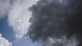 Όμορφο cloudscape με τα μεγάλα, σύννεφα οικοδόμησης και σπάσιμο ανατολής μέσω της μάζας σύννεφων Timelapse 6K απόθεμα βίντεο
