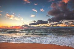 Όμορφο cloudscape πέρα από τη θάλασσα, πυροβολισμός ηλιοβασιλέματος Στοκ Φωτογραφία
