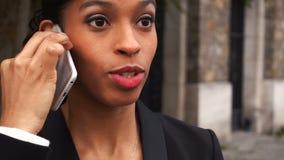 Όμορφο fiancee που μιλά στο smartphone με στενό επάνω του προσώπου απόθεμα βίντεο