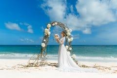 Όμορφο fiancee brunette στο άσπρο γαμήλιο φόρεμα με μεγάλο μακρύ Στοκ εικόνα με δικαίωμα ελεύθερης χρήσης