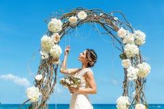 Όμορφο fiancee brunette στο άσπρο γαμήλιο φόρεμα με μεγάλο μακρύ Στοκ Φωτογραφία