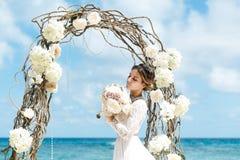 Όμορφο fiancee brunette στο άσπρο γαμήλιο φόρεμα με μεγάλο μακρύ Στοκ Εικόνες