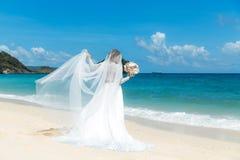 Όμορφο fiancee brunette στο άσπρο γαμήλιο φόρεμα με μεγάλο μακρύ Στοκ Φωτογραφίες