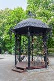 Όμορφο gazebo φιαγμένο από σφυρηλατημένο μέταλλο Ntone'tsk Στοκ φωτογραφία με δικαίωμα ελεύθερης χρήσης