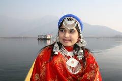 Όμορφο Kashmiri κορίτσι με την ανασκόπηση λιμνών DAL Στοκ Φωτογραφίες