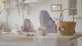 Όμορφο mom και χαριτωμένη κόρη που κουβεντιάζουν καθμένος στον πίνακα Π απόθεμα βίντεο