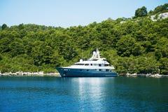 Όμορφο motorboat στην Αδριατική Ναυσιπλοΐα, ναυτιλία, ναυσιπλοΐα, Στοκ εικόνες με δικαίωμα ελεύθερης χρήσης