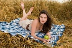 όμορφο picnic κοριτσιών μήλων Στοκ Εικόνα
