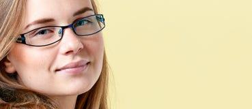 Όμορφο redhead κορίτσι εφήβων με τις φακίδες που φορούν τα γυαλιά ανάγνωσης, χαμογελώντας το πορτρέτο εφήβων στοκ φωτογραφίες με δικαίωμα ελεύθερης χρήσης