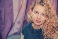 Όμορφο redhead κορίτσι με τα μπλε μάτια στο χρωματισμένο πουλόβερ Στοκ φωτογραφία με δικαίωμα ελεύθερης χρήσης