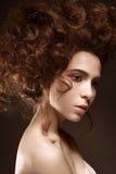 Όμορφο redhead κορίτσι με τις μπούκλες και την κλασική σύνθεση Πρόσωπο ομορφιάς στοκ εικόνα
