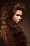 Όμορφο redhead κορίτσι με τις μπούκλες και την κλασική σύνθεση Πρόσωπο ομορφιάς Στοκ φωτογραφίες με δικαίωμα ελεύθερης χρήσης