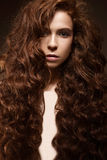 Όμορφο redhead κορίτσι με τις μπούκλες και την κλασική σύνθεση Πρόσωπο ομορφιάς Στοκ Φωτογραφίες