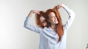 Όμορφο redhead κορίτσι που παρουσιάζει διαφορετικές συγκινήσεις κίνηση αργή απόθεμα βίντεο