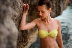 Όμορφο redhead κορίτσι στη σπηλιά νερού Στοκ Εικόνα