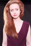 Όμορφο redhead φορώντας καφέ φόρεμα χαμόγελου Στοκ Εικόνες
