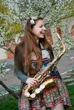 όμορφο saxophone κοριτσιών Στοκ Φωτογραφίες