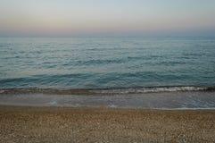 Όμορφο seascape βραδιού και πορφυρός ουρανός Στοκ Φωτογραφία
