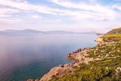 Όμορφο Seascape κλίση που αλιεύει το μεσογειακό καθαρό τόνο θάλασσας Ελληνικά βουνά, Λουτράκι, κορινθιακός Κόλπος στοκ φωτογραφίες