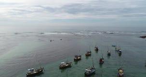 Όμορφο seascape με τα αλιευτικά σκάφη στην ακτή απόθεμα βίντεο