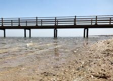 Όμορφο seascape στην μπλε θάλασσα σε υπαίθριο με την κίτρινη άμμο στοκ εικόνα με δικαίωμα ελεύθερης χρήσης