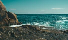 Όμορφο seascape, δύσκολη ακτή Στοκ φωτογραφία με δικαίωμα ελεύθερης χρήσης