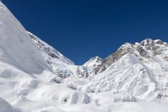 Όμορφο snowdrift και καλυμμένα πάγος βουνά στοκ φωτογραφία