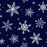 Όμορφο snowflakes άνευ ραφής σχέδιο στο σκούρο μπλε υπόβαθρο στοκ εικόνες