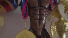 Όμορφο statuette με τα βραβεία για τις αθλητικές νίκες κλείστε επάνω φιλμ μικρού μήκους
