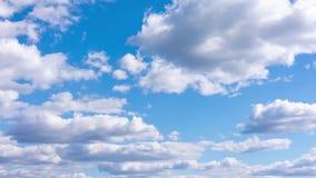 Όμορφο Timelapse των άσπρων χνουδωτών σύννεφων σε έναν μπλε θερινό ουρανό