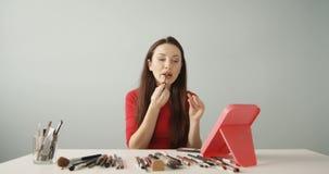 Όμορφο Vlogger ή Blogger που κάνει το καλλυντικό σεμινάριο Makeup με τη βούρτσα που καταγράφει τον προερχόμενο από ιό συνδετήρα π φιλμ μικρού μήκους