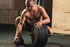 Όμορφο weightlifter που προετοιμάζεται για την κατάρτιση με το barbell στοκ εικόνα