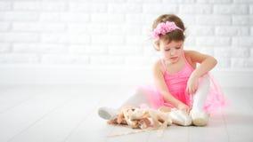 Όνειρα λίγων κοριτσιών παιδιών να γίνει ballerina με το παπούτσι μπαλέτου Στοκ Φωτογραφία