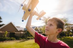 Όνειρα αγοριών για να είναι πιλότος στοκ φωτογραφία με δικαίωμα ελεύθερης χρήσης