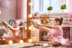 Όνειρα κοριτσιών να γίνει ένα ballerina Στοκ Φωτογραφία