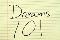 Όνειρα 101 σε ένα κίτρινο νομικό μαξιλάρι Στοκ εικόνες με δικαίωμα ελεύθερης χρήσης