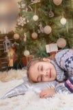 Όνειρο ύπνου κοριτσιών παιδιών με τις ευτυχείς συγκινήσεις κάτω από τα Χριστούγεννα de στοκ εικόνα με δικαίωμα ελεύθερης χρήσης