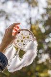 όνειρο-catcher εκμετάλλευσης κοριτσιών Στοκ εικόνες με δικαίωμα ελεύθερης χρήσης