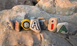 Όνομα της Κροατίας που χρωματίζεται στις πέτρες Στοκ φωτογραφίες με δικαίωμα ελεύθερης χρήσης
