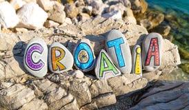 Όνομα της Κροατίας φιαγμένο από χρωματισμένες πέτρες στο υπόβαθρο θάλασσας Στοκ Φωτογραφία