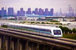 όντας αποκοπή της Κίνας σωμάτων έχει το υψηλό τραίνο διαδρομής ταχύτητας μονοπατιών στοκ φωτογραφία με δικαίωμα ελεύθερης χρήσης