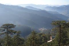 όντας ερχόμενο τοπίο βουνών βουνών κτηρίων στοκ φωτογραφία