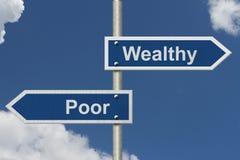Όντας πλούσιος εναντίον της ύπαρξης φτωχός στοκ εικόνες