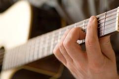 όντας στενή κιθάρα που παίζ&e Στοκ εικόνες με δικαίωμα ελεύθερης χρήσης