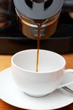 όντας φλυτζάνι καφέ που χύν&epsi Στοκ εικόνα με δικαίωμα ελεύθερης χρήσης