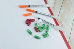 όντας χέρι έννοιας έχει το πρόσφατο χάπι οδηγιών υγειονομικής περίθαλψης στοκ εικόνες