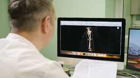 όντας χέρι έννοιας έχει το πρόσφατο χάπι οδηγιών υγειονομικής περίθαλψης Γιατρός στο νοσοκομείο που εξετάζει την ανίχνευση CT Πέρ απόθεμα βίντεο