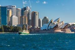 Όπερα του Σίδνεϊ και κυκλικός ορίζοντας αποβαθρών στοκ εικόνα με δικαίωμα ελεύθερης χρήσης