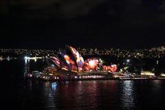 Όπερα του Σίδνεϊ που φωτίζεται με τα ζωηρόχρωμα ελαφριά καλολογικά στοιχεία σχεδίου Στοκ Φωτογραφία